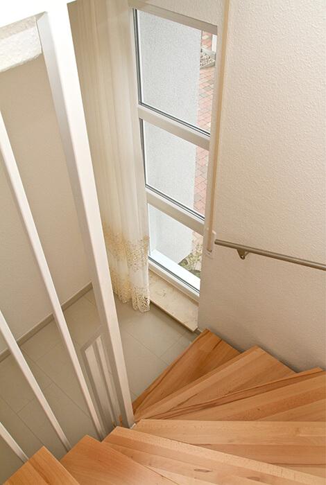 Treppenaufgang mit Holzstufen