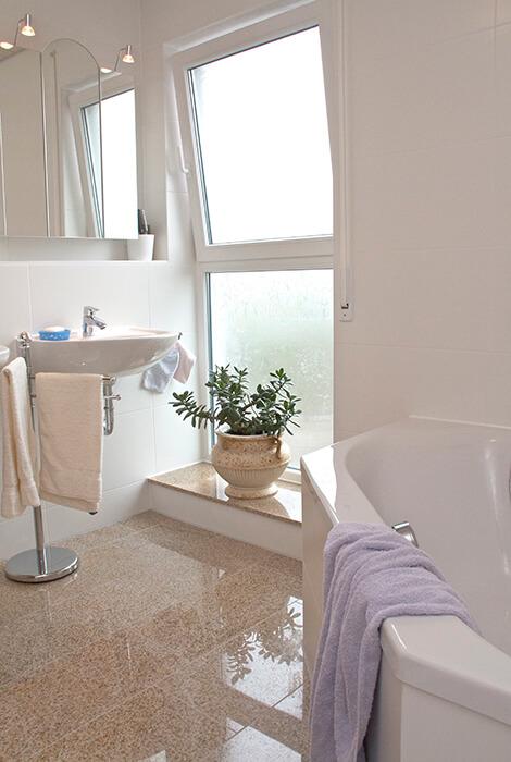 Bad mit bodentiefen Fenstern